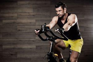 hombre entrenando en bicicleta estática