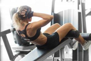 entrenamiento abdominal con banco de musculación