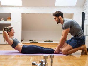pareja entrenando en casa