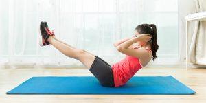 mujer joven entrenando sobre colchoneta